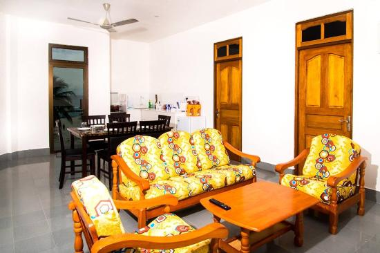 Lhaviyani Atoll: spacious living room