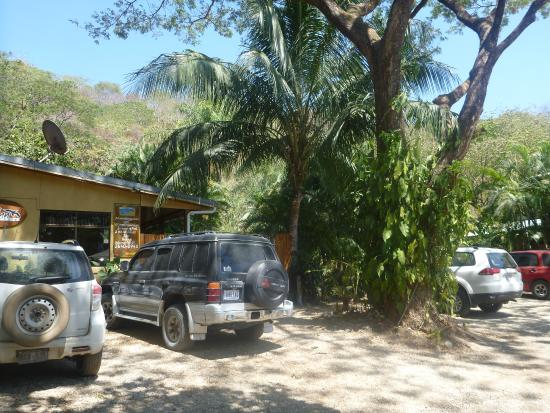 Zula Inn Aparthotel: front of the hotel, parking and check in area