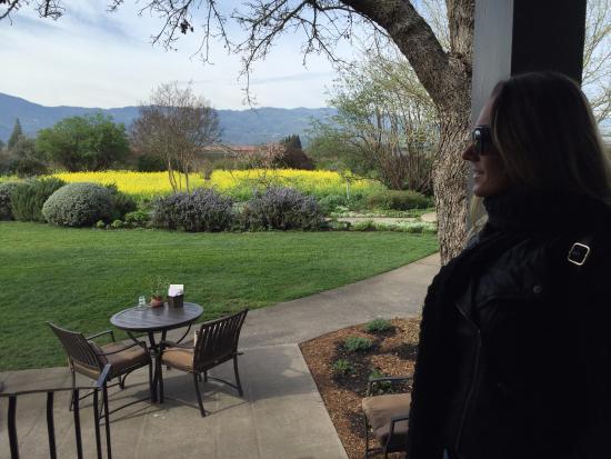 Rutherford, Kaliforniya: mesinhas ao ar livre na varanda