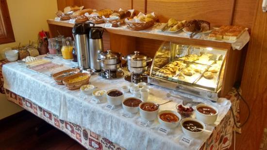 Pousada Tissiani Gramado: Mesa do café: pouco variada, mas opções saborosas