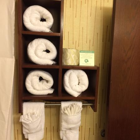 Quality Inn: attractive towel display