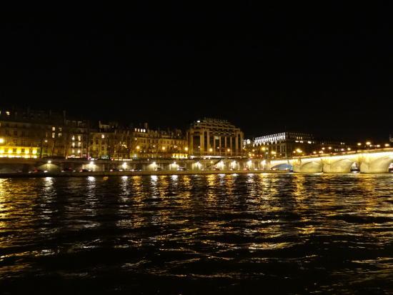 Вид на La Samaritaine ночью