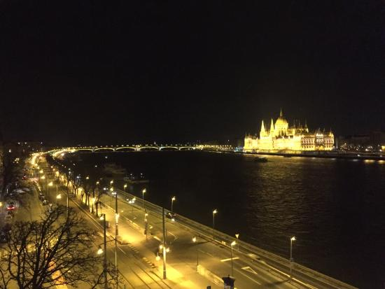 Boutique Hotel Victoria Budapest: Night time view
