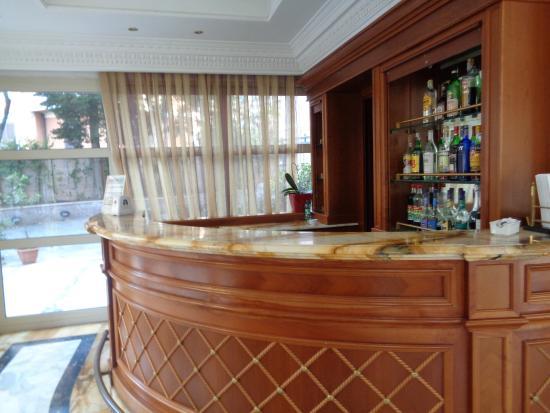 Sunrise Hotel: Bar - always closed!