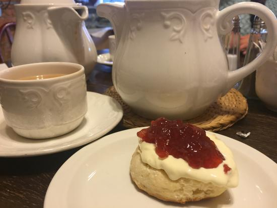 Caprioli: Lovely cream tea.