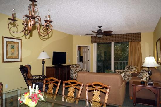 Living Room u0026 Dining Area - Picture of Island Links Resort, Hilton Head - TripAdvisor
