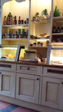 La Provence Leipzig: hier wird frisches Baguette geschnitten