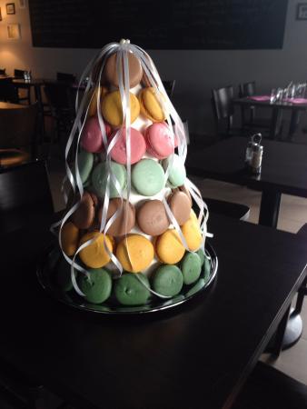 Combourg, France: Pièce montée macarons maison