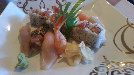 Woojung Byob Restaurant & Sushi Bar: Sushi dinner. Chef's choice and salmon roll