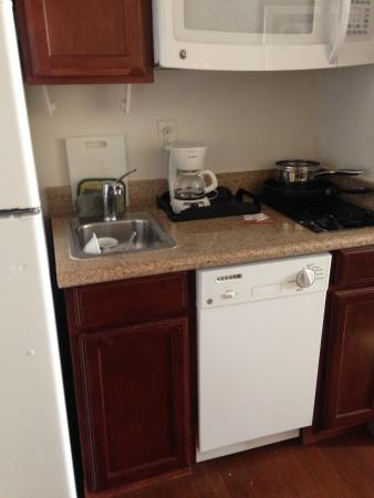 MainStay Suites Texas Medical Center/Reliant Park : Kitchen...skillet is to big for the cooktop burners
