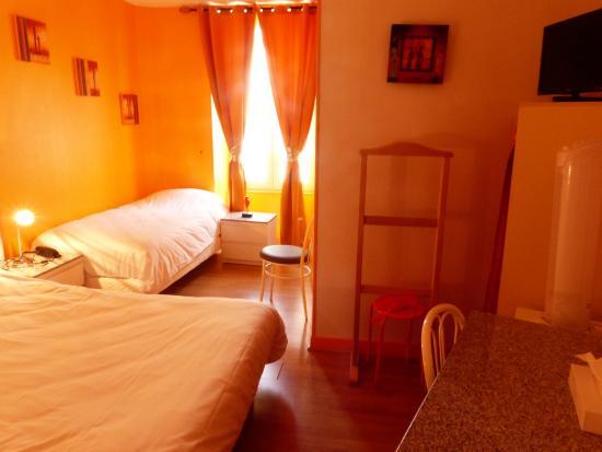 Buzancais, Fransa: Chambre triple (1 lit double + 1 lit simple), avec literie neuve. Donne sur la cours intérieure.