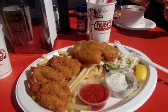 Balboa Island, Kaliforniya: Seafood combo (3 fried cod and 3 fried shrimp), dark chocolate strawberry shake, clam chowder