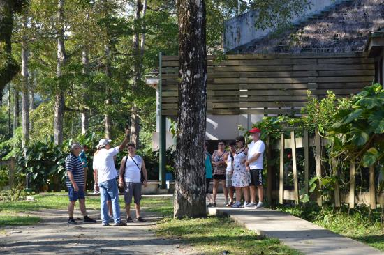 Tela, Honduras: Tourists just outside the Visitor's Center at Lancetilla Gardens