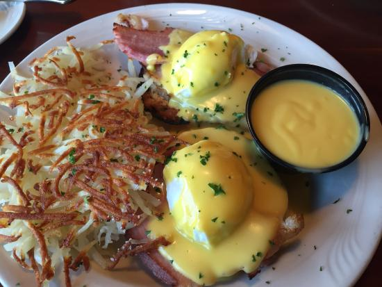 Lakeland, MN: Got the Eggs Benedict. Was good but the hollandaise sauce was tasteless. The crispy hash browns