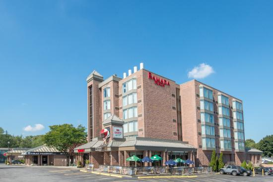 Ramada Plaza Niagara Falls: Exterior - Don Cherry's + Tower
