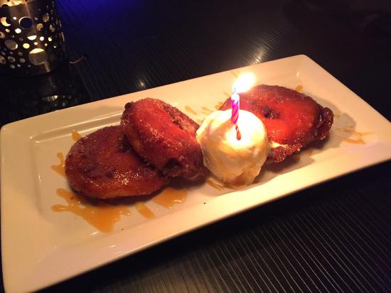 Summerland, Canadá: Apple Donuts - (Complimentary Bday Dessert) Very creative...sliced and cored apple fried in batt