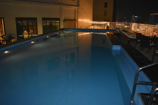 Zirakpur, India: Swimming pool at night