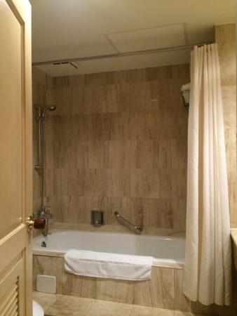 Chuto Plaza Hotel: 浴槽
