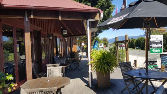 The Penguin Cafe & Bar Pohara: Outdoor seating area