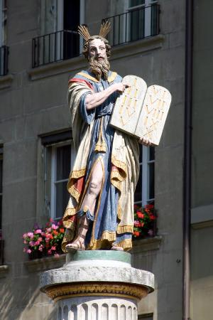 Berno, Szwajcaria: The statue of Moses with the 10 commandments from God