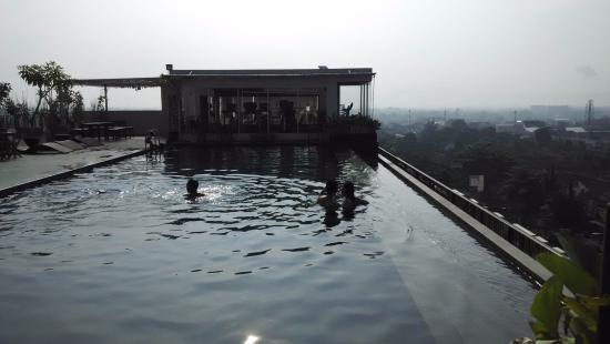 Depok, Indonesia: Kolam renang diatas atap