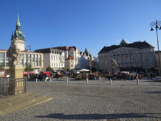 Brno, Republik Ceko: Markets setting up & work on the Fountain