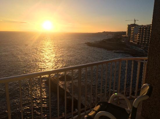 widok z rana z pokoju See View Sliema Chalet Hotel