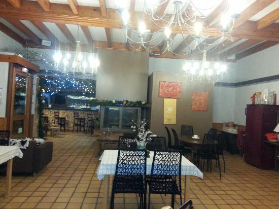 L'Auberge des Clairmontelles : Salle du Restaurant avec le bar au fond