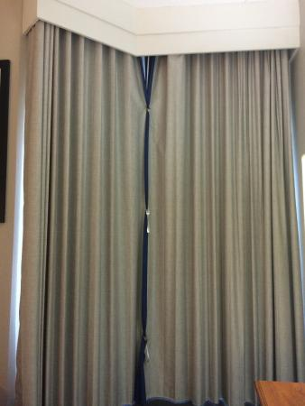 Homewood Suites by Hilton New Orleans: Best way to keep the bedroom curtains closed