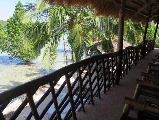 Coral Bay Resort: Corredor sobre el centro de buceo al que salen las habitaciones