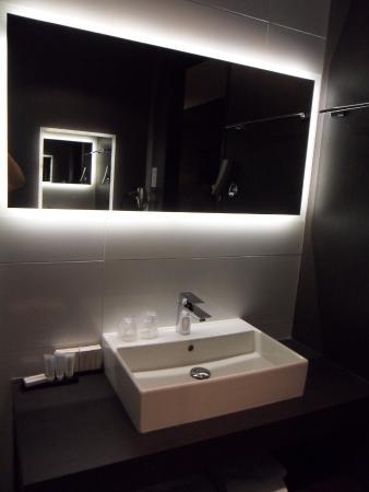 Badkamer - lavabo - Picture of Van der Valk Hotel Uden - Veghel, Uden ...