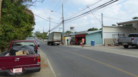 Hotel Flor Blanca: In front of hotel, road to Quepos