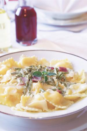 Zminj, Kroasia: Cheese ravioli with asparagus and prosciutto
