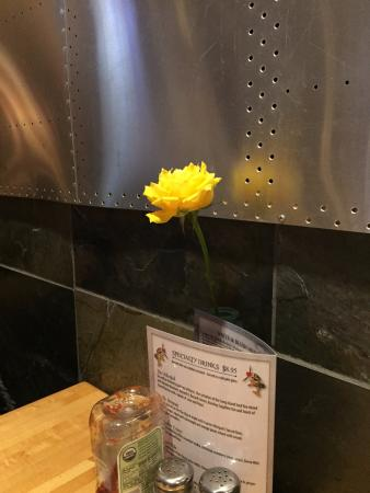 Lakeville, Миннесота: Fresh Flower at Each Table