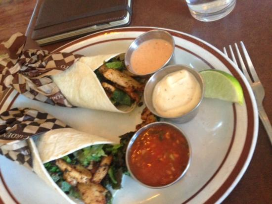 Stephani's Oak Street Grill: Chicken Tacos w side dipping sauces