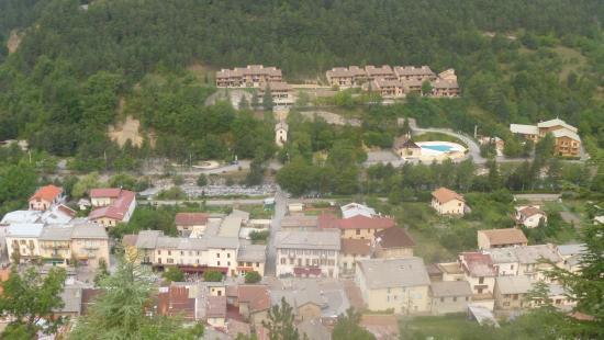 Guillaumes, Prancis: Vue du village de Guillaume avec la résidence en arrière -plan