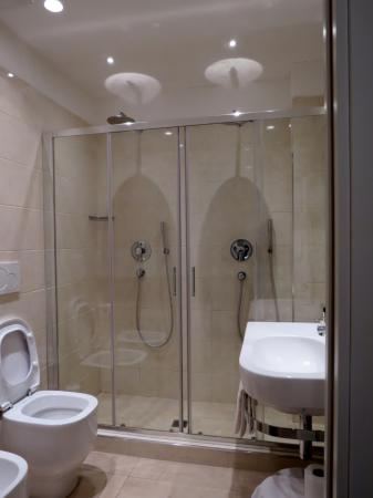 Double douche italienne picture of hotel universal livorno tripadvisor for Photo douche italienne