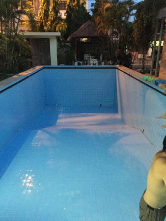 Villa Sisavad : Oui, la piscine est vidée et nettoyée