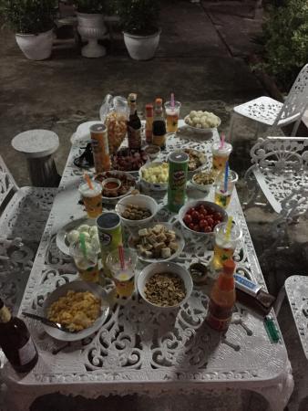 Villa Sisavad : Un repas convivial près de la piscine.