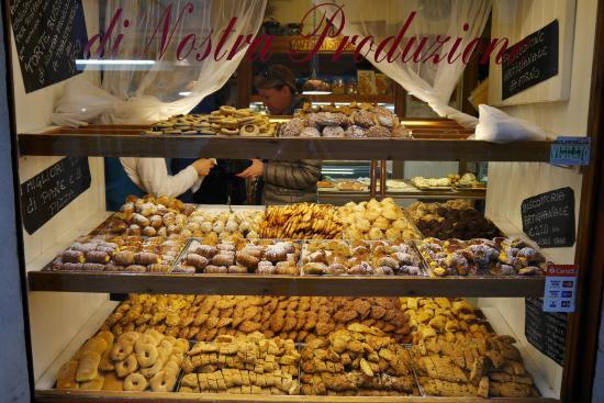 Looking into la panetteria romana at the biscotteria for Arredamento panetteria ikea