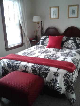 "Homestead House Bed & Breakfast: remodelled ""Red Room"""