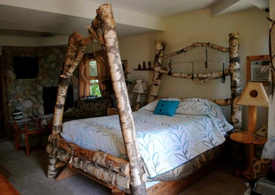 Inn on Gitche Gumee: Dreamcatcher room with hand-hewn bed