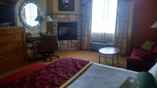 Wilson Lodge at Oglebay Resort & Conference Center: Premium King Room with Fireplace