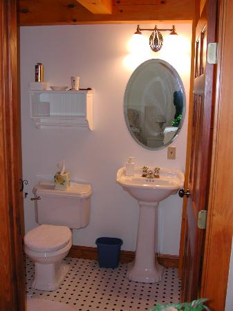 Three Pines Bed & Breakfast and Farm: Timberframe Room bathroom