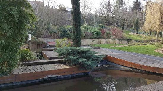 Issy-les-Moulineaux, France: Jardin-botanique-3_large.jpg