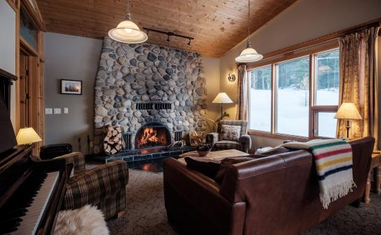 Mount Engadine, Kanada: Lounging by the Fire