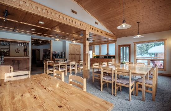 Mount Engadine, Kanada: Communal Dining at the Lodge