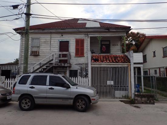 Bakadeer Inn: Across the street