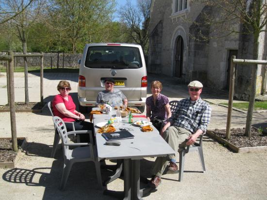 Fougeres-sur-Bievre, Франция: Lunch outside the Auberge Du Chateau in Fougere Sur Bievre.