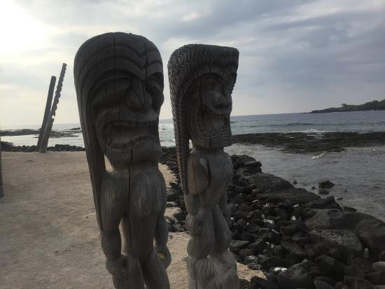 Honaunau, Havaí: Wooden images of two ki'i, guardians of the place of refuge!